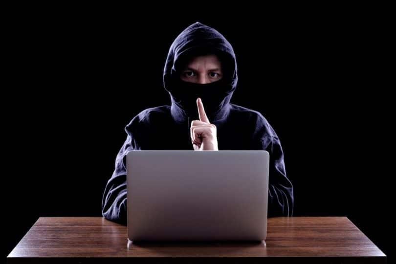Yahoo! : un hacker avec une capuche en train de pirater les comptes